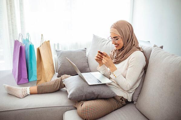 frau-freut-sich-über-onlineshop-einkauf (1)